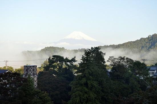 朝霧に包まれた富士山と反射炉の図